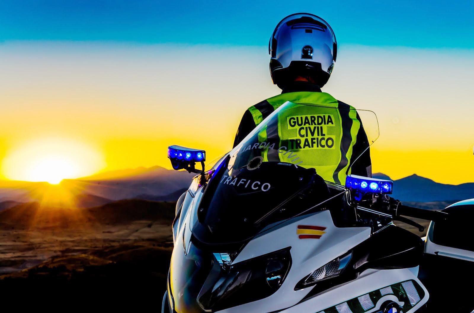 Agente de la Guardia Civil con su moto
